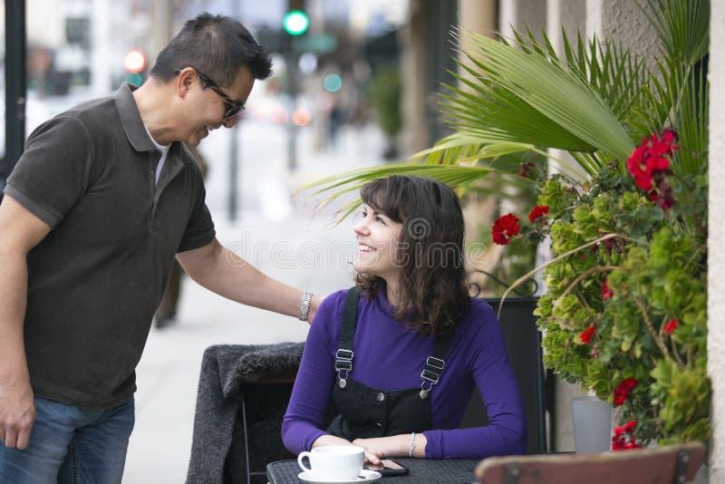 等待朋友的妇女在一个地方边路咖啡馆 免版税库存照片