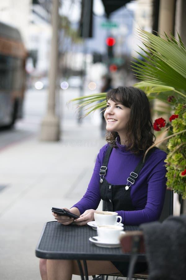 等待朋友的妇女在一个地方边路咖啡馆 图库摄影