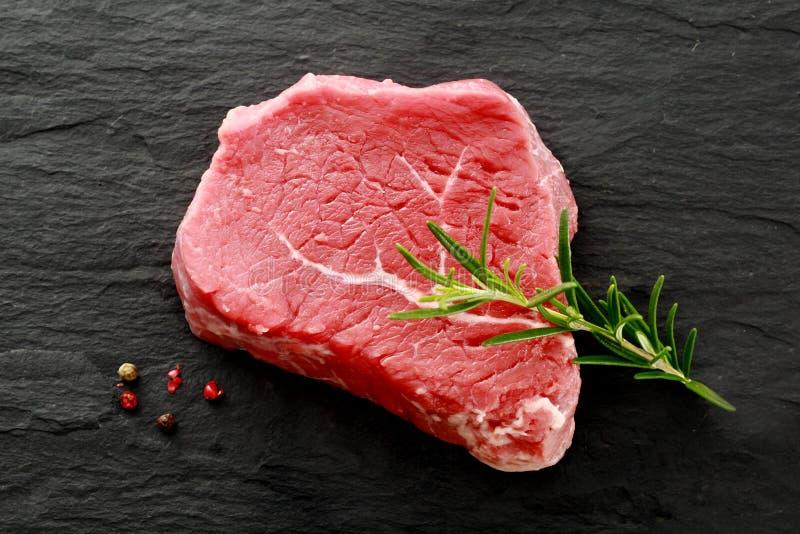 等待未加工的精瘦的臀部的牛排被烹调 免版税库存照片