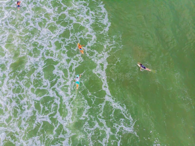 等待波浪的冲浪者一张鸟瞰图在海洋在一个晴天 库存图片