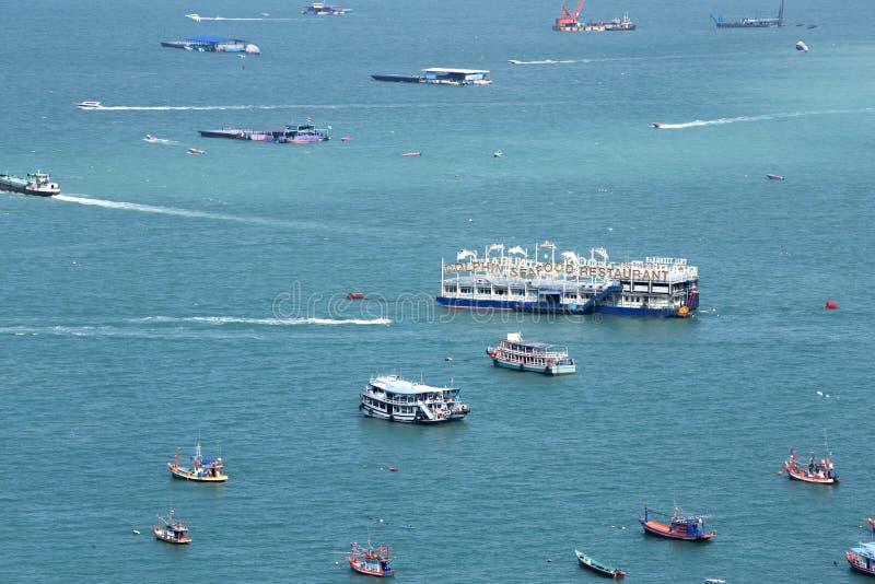 等待游人的小船和船临近在天时间的码头 库存照片