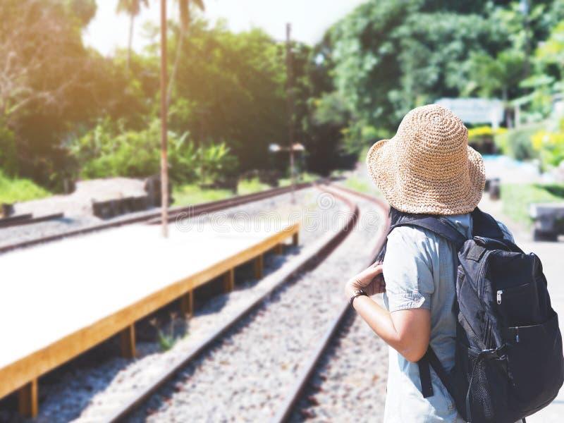等待火车的亚裔妇女旅客在平台 免版税库存照片