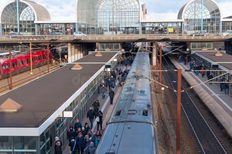 等待火车的人们在Hoje Taastrup火车站 免版税库存照片