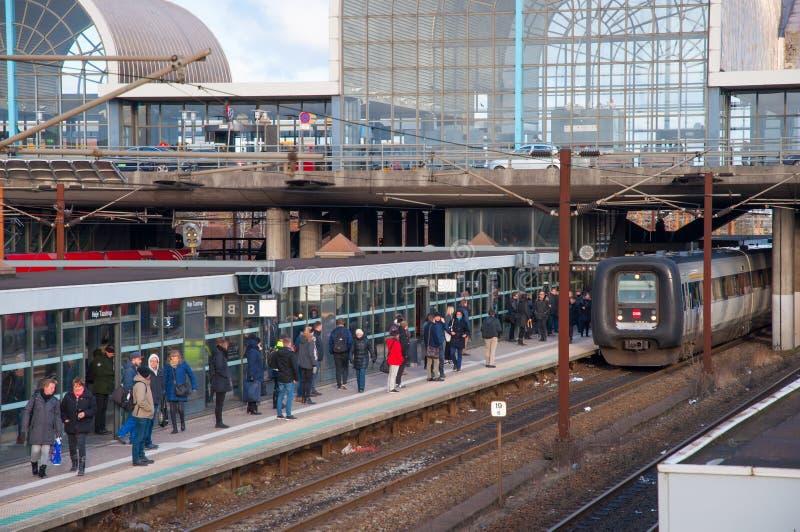 等待火车的人们在Hoje Taastrup火车站 免版税库存图片