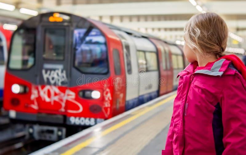 等待火车的平台的女孩 免版税库存照片