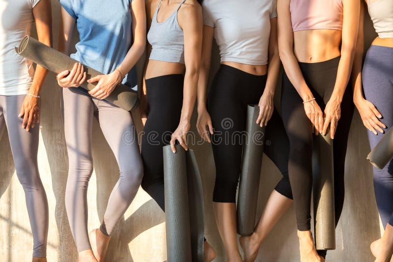 等待瑜伽会议的被定调子的女孩的腿 免版税图库摄影