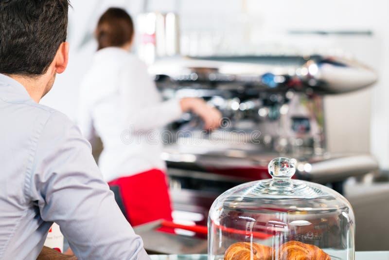 等待男性的顾客服务用咖啡早餐 库存图片