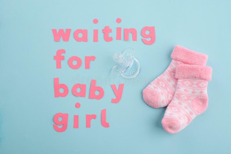等待的女婴 免版税图库摄影