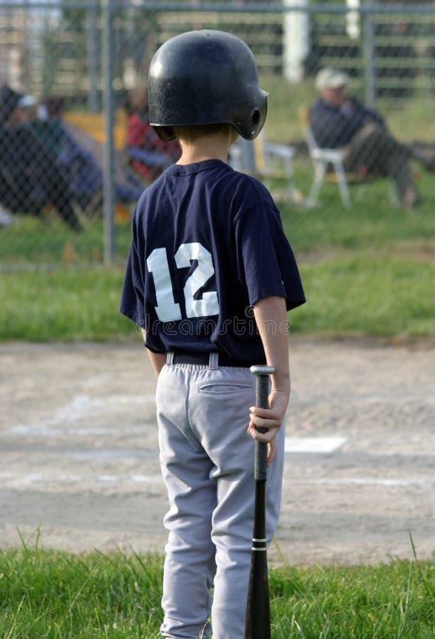 等待的年轻人的棒球员 库存图片