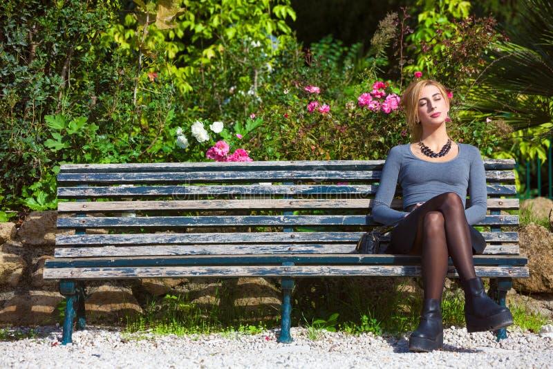 等待的爱 爱的女孩在长凳 库存照片