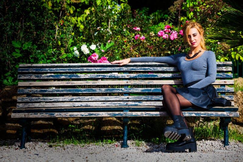 等待的爱 爱的女孩在长凳 免版税库存图片