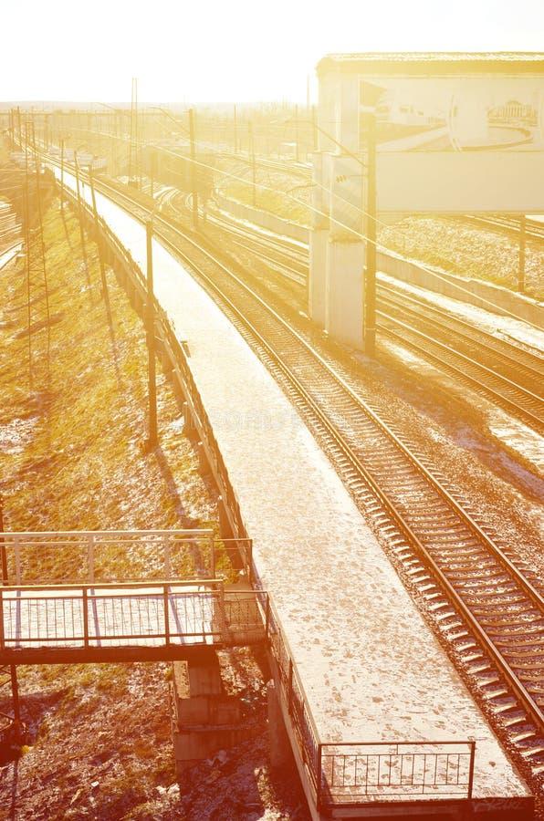 等待的空的火车站平台在哈尔科夫,乌克兰训练` Novoselovka ` 铁路平台在晴朗的冬天da 免版税图库摄影