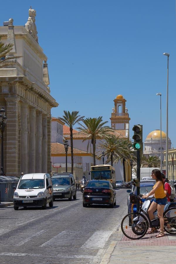 等待的自行车的人们穿过路在卡迪士,西班牙 免版税图库摄影
