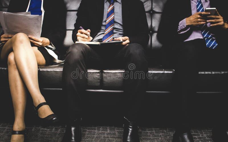 等待紧张的人民坐和为在s的一个工作采访 免版税图库摄影