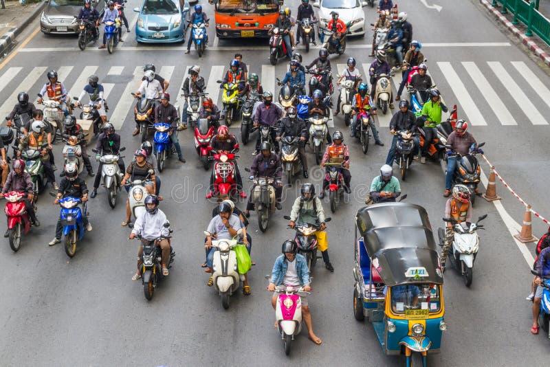 等待绿色lig的社论,曼谷滑行车和摩托车 免版税库存照片