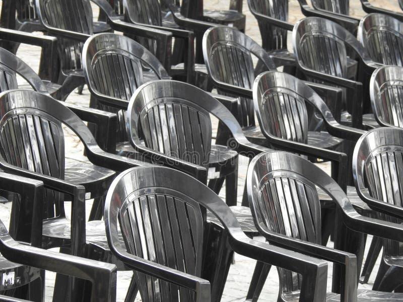 等待观众的一系列的塑料椅子在一个晴朗的早晨 图库摄影
