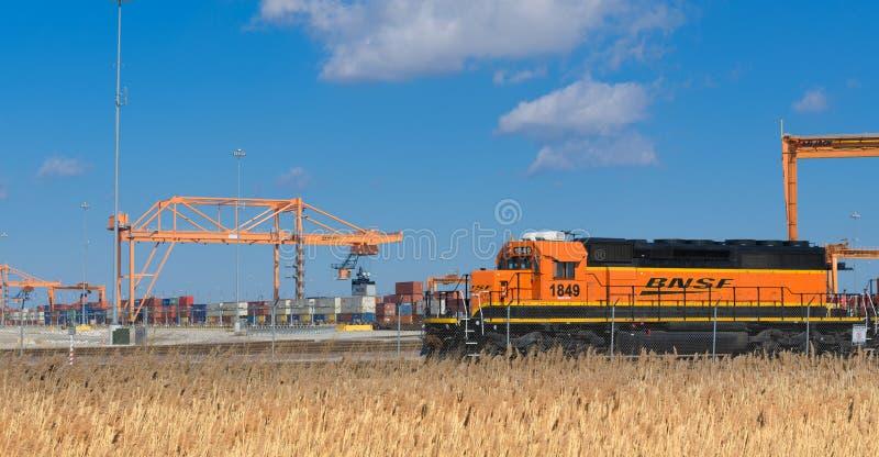 等待货车的BNSF机车 库存照片