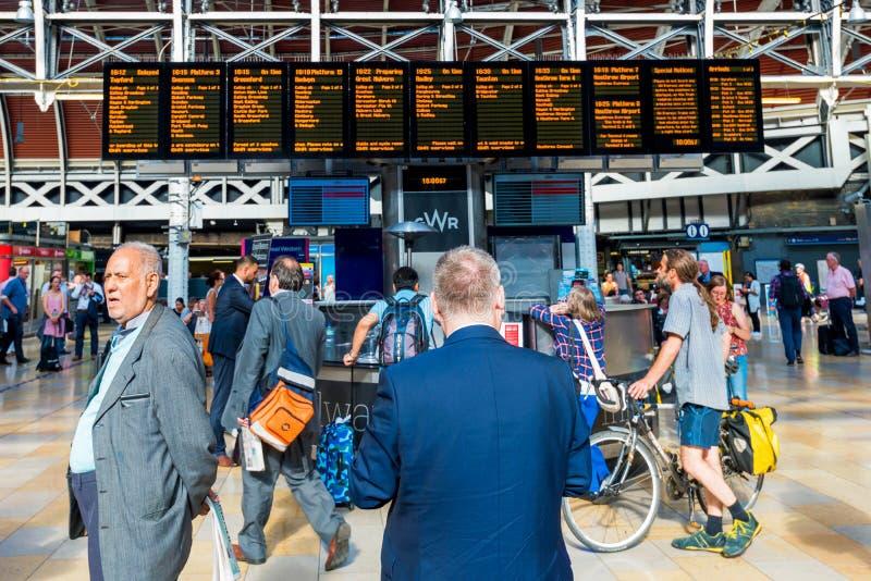 等待那里火车的人们在帕丁顿 免版税库存图片