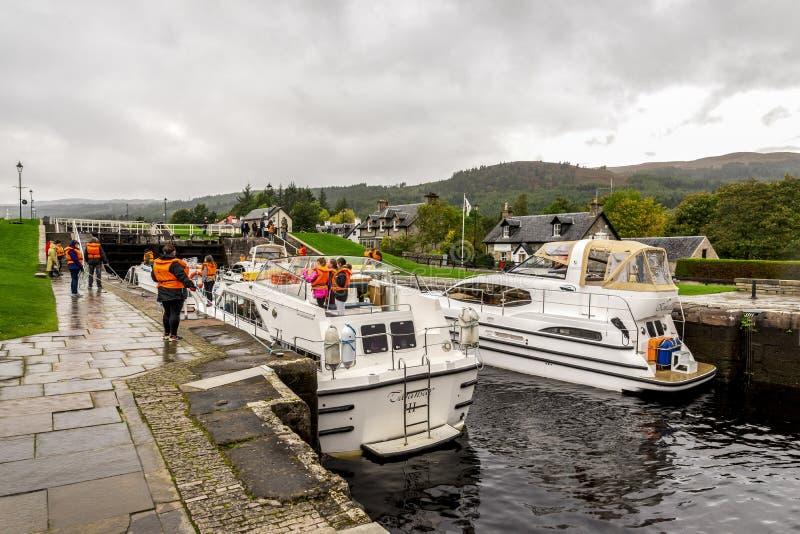 等待锁的小船被打开从奈斯湖进入古苏格兰运河在堡垒奥古斯都,苏格兰 免版税库存图片