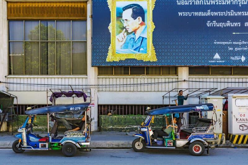 等待顾客的Tuk Tuk司机 免版税库存照片