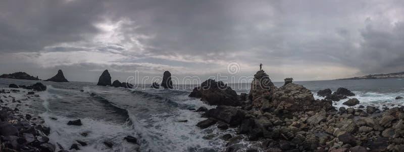 等待风暴的岩石的孤立人 库存图片