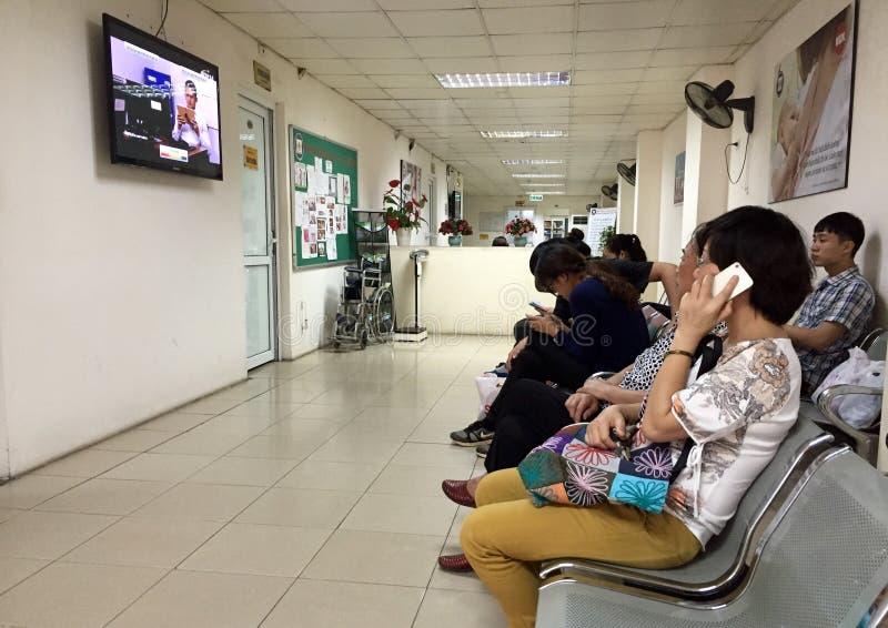 等待他们的轮的患者在一家产科医院 免版税库存图片