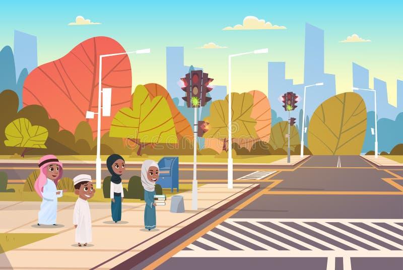 等待绿色红绿灯的小组阿拉伯小学生穿过在行人穿越道的路 库存例证