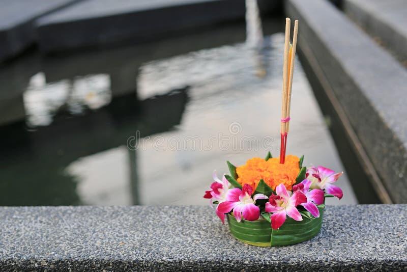 等待Loy Krathong节日、的花和的蜡烛点燃和漂浮在水庆祝节日在曼谷,泰国 库存照片