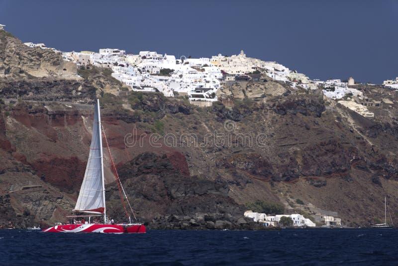 筏小船和圣托里尼 免版税图库摄影
