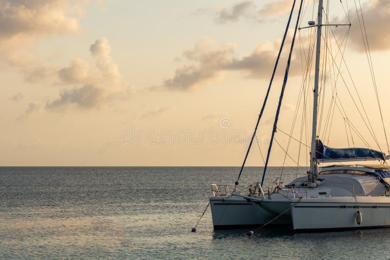 筏小船在日落的加勒比海 免版税库存照片
