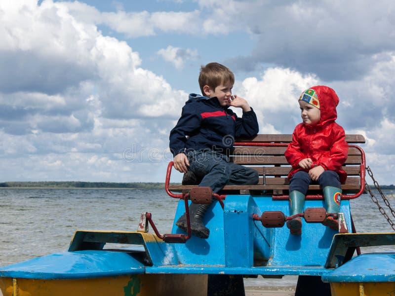 筏的两个小孩 库存照片