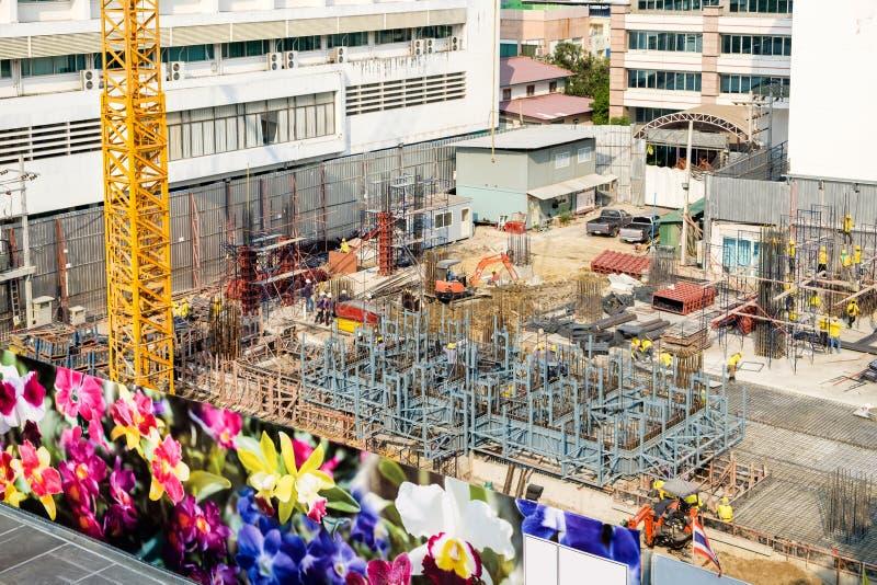 建筑业工作者和大厦 免版税库存图片