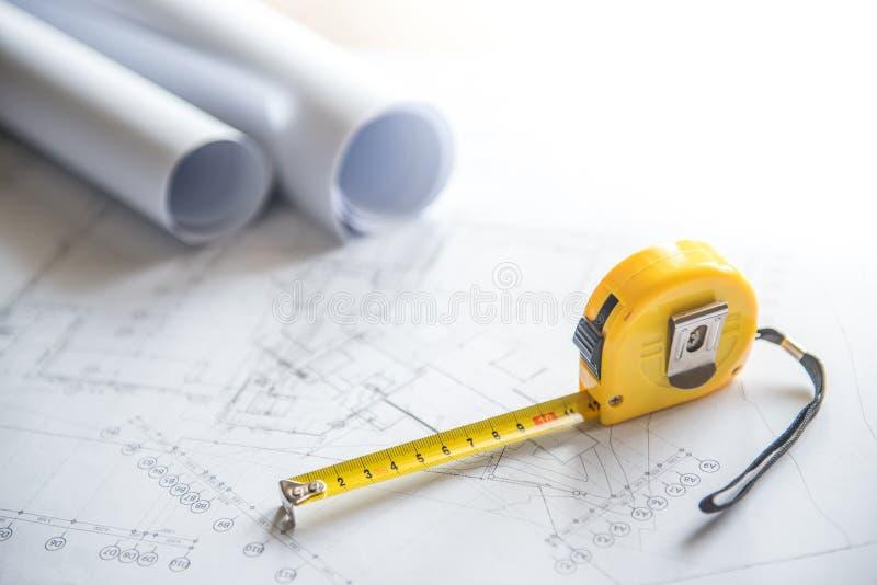 建筑图画和卷尺在工作表上 图库摄影