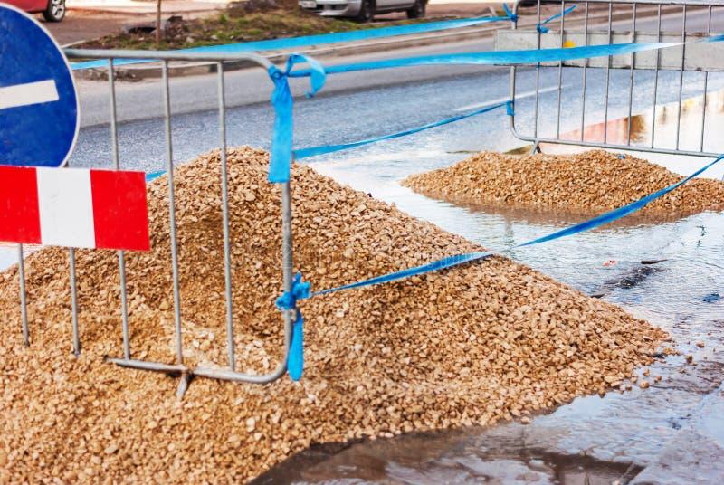 建筑垄沟安装道路工程 堤防采石坑,在有限与丝带和s 库存图片