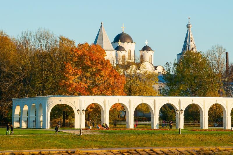 建筑学秋天风景- Yaroslav庭院和古老圣尼古拉斯大教堂, Veliky诺夫哥罗德,俄罗斯拱廊  库存图片