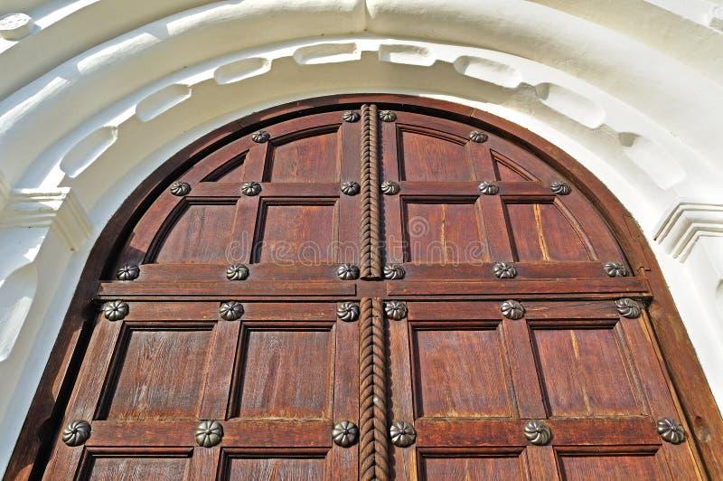 建筑学详述的背景-自然颜色的年迈的木门 库存照片