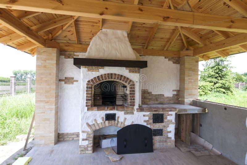 建筑学,房子老牌,与格栅壁炉outdoo的门廊 免版税库存照片