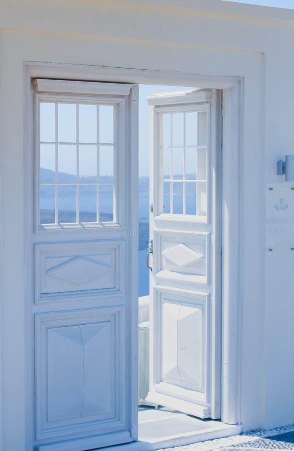 建筑学细节有海视图在圣托里尼,希腊 免版税图库摄影