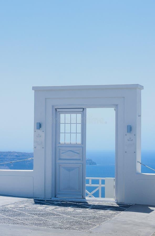 建筑学细节有海视图在圣托里尼,希腊 库存照片