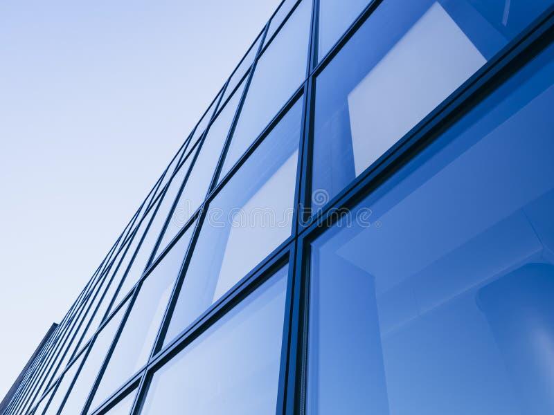 建筑学细节现代玻璃门面背景蓝色口气 免版税库存图片