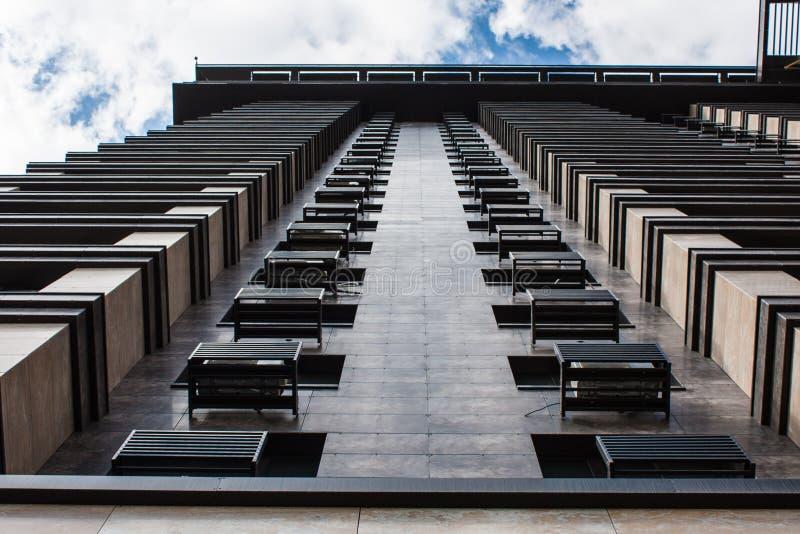 建筑学细节,大厦现代门面  全景的下面和透视图摩天大楼高上升到天空 免版税库存照片
