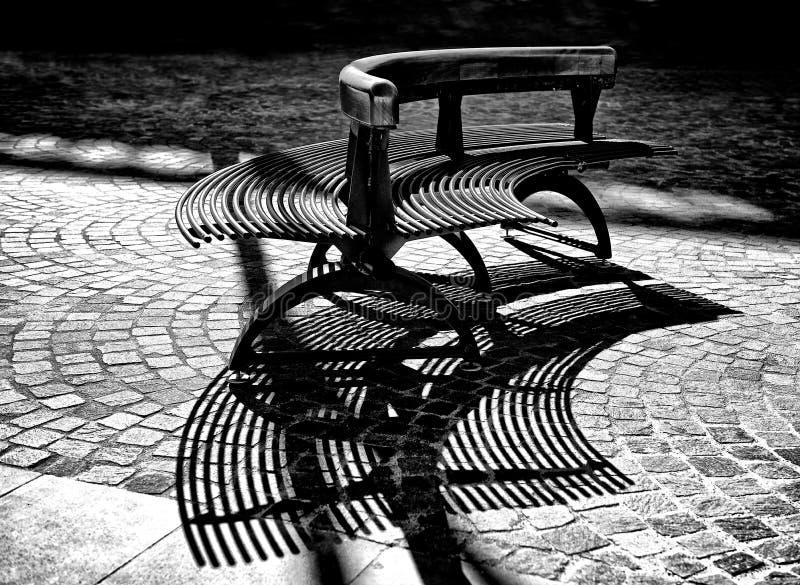 建筑学细节,长凳在城市公园,长凳在黑白的城市广场,长凳阴影,在bla的建筑学片段 免版税图库摄影