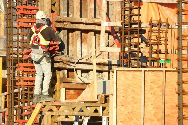 建筑工人、钢筋和材料 免版税库存图片