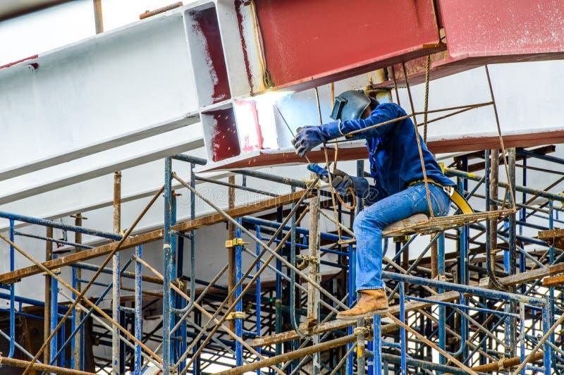 建筑工人焊接的铁棍。 免版税图库摄影