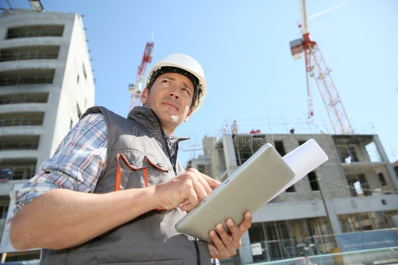 建筑工地的建筑经理 免版税库存照片