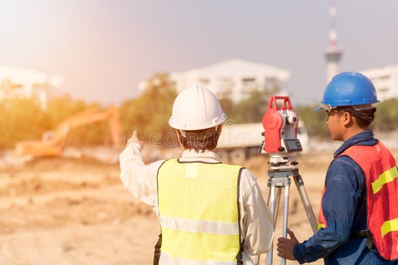 建筑工程师和检查站点的工头工作者 库存图片