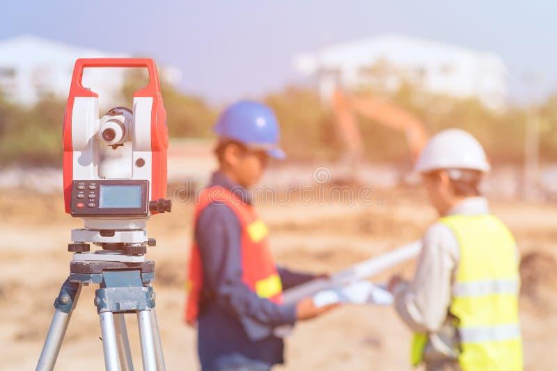 建筑工程师和检查站点的工头工作者 免版税库存图片