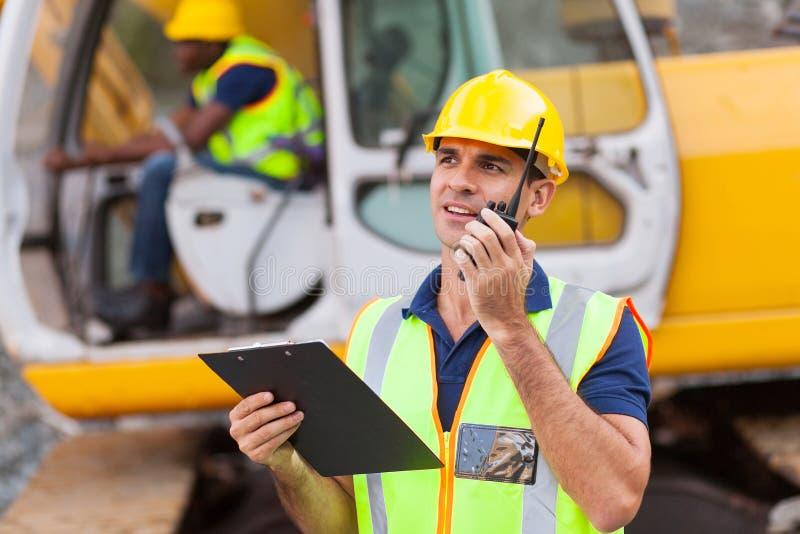 建筑工头携带无线电话 免版税库存照片