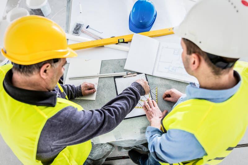 建筑师和建筑工程师项目分析 免版税库存照片