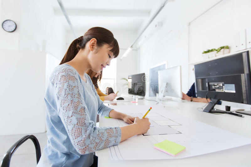 Download 建筑师在图纸的妇女图画在办公室 库存图片. 图片 包括有 办公室, 企业家, 总公司, 图画, 设计员, 创造性 - 72351011